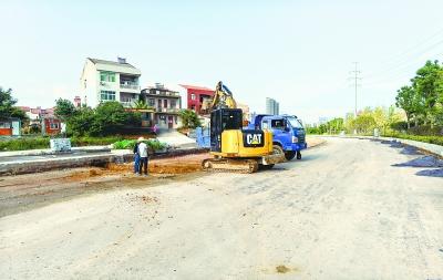 """武汉有关部门彻查""""新衙门作风"""" 千余米坑洼路终于施工了"""