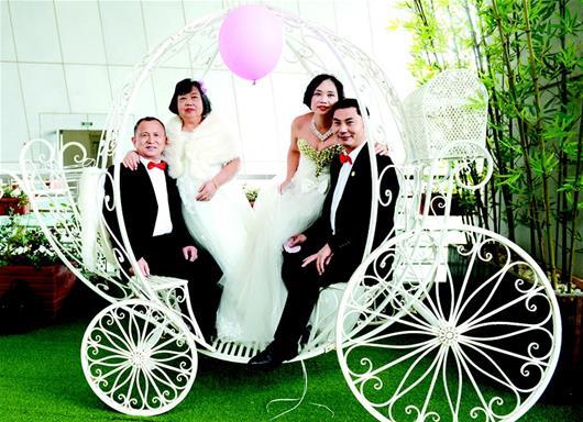 35对夫妇举办集体婚礼 母女同一天披婚纱重温浪漫