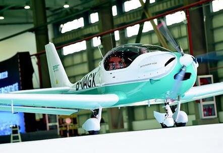"""首架""""汉产""""通用飞机下线 可载2人飞行1600公里"""