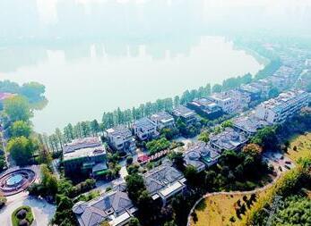 汉口最大城中湖被一大型小区包围 何时还湖于民?