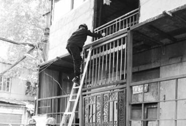 荒唐!男子不住拆迁片区 竟到别人家楼上抢建
