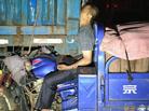 三轮车追尾货车司机被夹