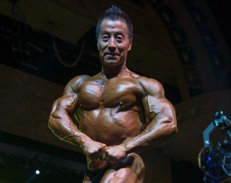 """67岁""""健美爷爷""""三亚展肌肉"""