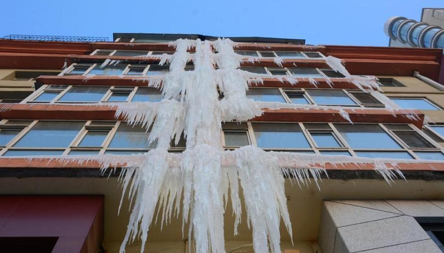 """小区外墙现巨型""""冰瀑布"""""""