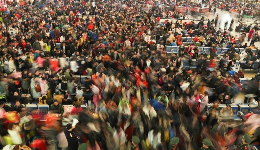 武汉迎来春运客流高峰