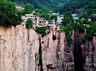 太行深处村庄建悬崖边