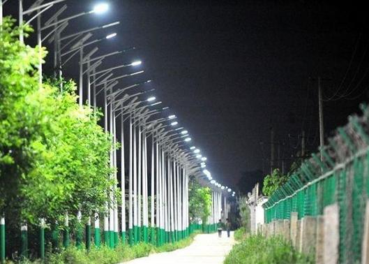 西安百米村道装44根路灯
