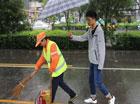 大学生为他撑伞40分钟