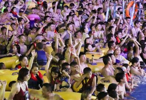 太热!武汉水上乐园人挤人