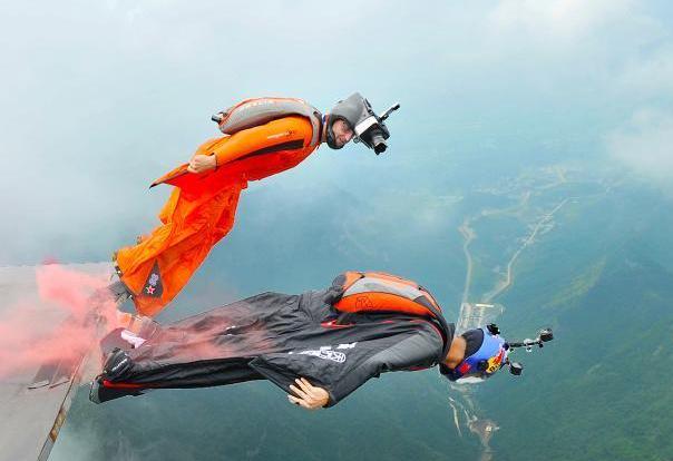 中国翼装侠挑战穿击移动靶