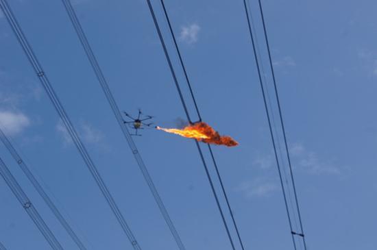 无人机朝电线喷火一幕