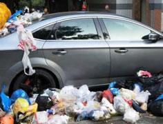 """轿车被垃圾""""围堵"""""""