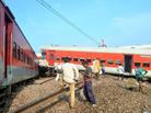 印度北部一列车脱轨