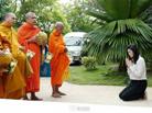 英拉跪地布施僧侣