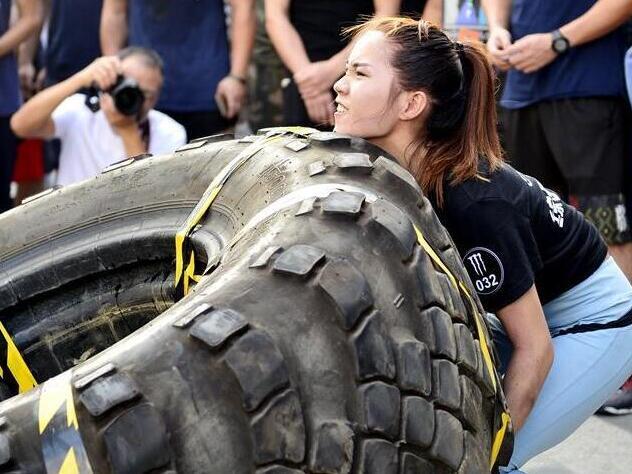 美女壮汉比赛运轮胎