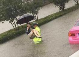 警察雨中抱出受困女车主