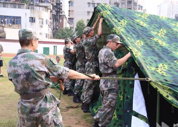 【青春有约 走进军营】新兵老兵携手搭帐篷