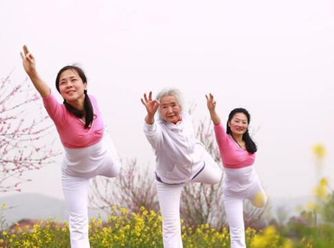襄阳75岁老太练习瑜伽14年