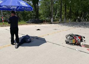 暖!警察高温下守护伤者撑伞遮阳