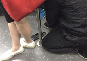"""地铁""""偷拍狂""""假装系鞋 手机放地上偷拍"""