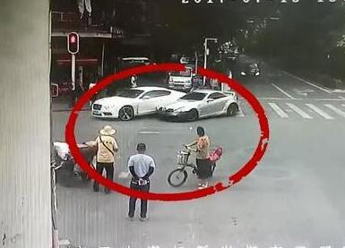 不爽女司机车技 奔驰男开车连撞宾利女