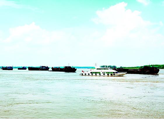湖北驱离23艘外省非法采砂船