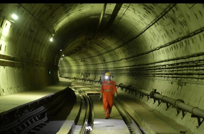 """地铁隧道里的""""轨道医生"""""""