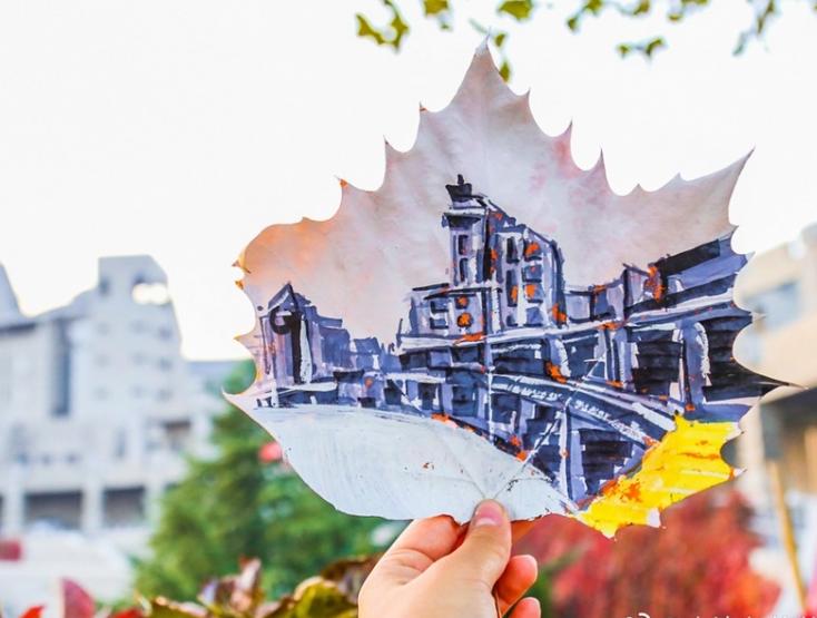 把大学校园画在落叶上