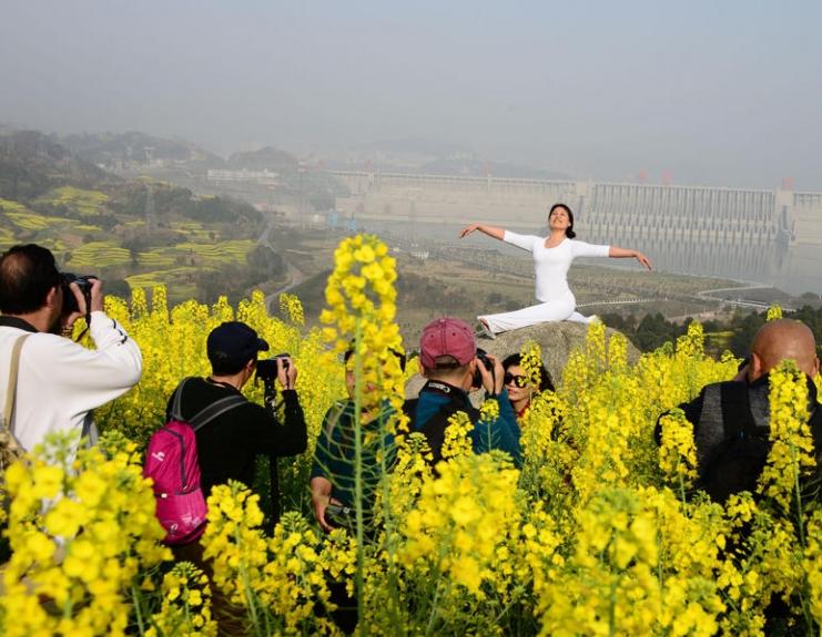 大妈三峡大坝前练瑜伽