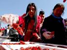 天津商家沿街派发龙虾
