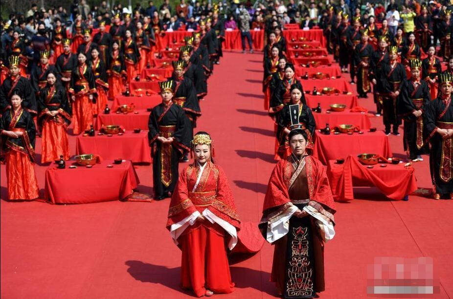 新人举行汉式集体婚礼