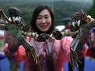 蟹农蒸千只螃蟹宴请民众