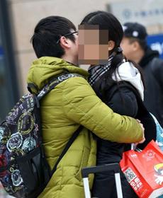 高校迎来放假潮 学生情侣站前吻别