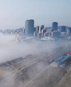 青岛海滨现平流雾美景