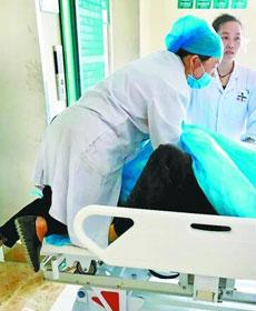 孕妇脐带脱出 医生半跪托举