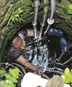 房县一妇女跌入水井被困6小时