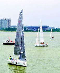 大学生帆船赛 追风少年竞扬帆