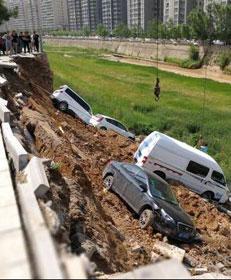 陕西一河堤垮塌 2秒内8车坠入河道