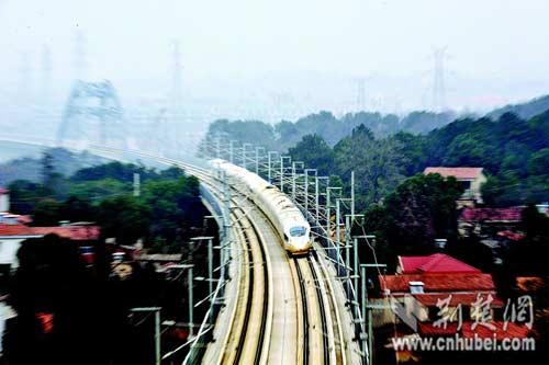 武广高/图为:12月26日,记者在武汉拍摄列车高速运行的瞬间。(记者田...