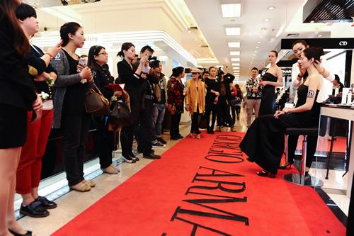 阿玛尼武汉广场美妆专柜活动现场-阿玛尼在汉打造 大师时尚光影 妆容图片
