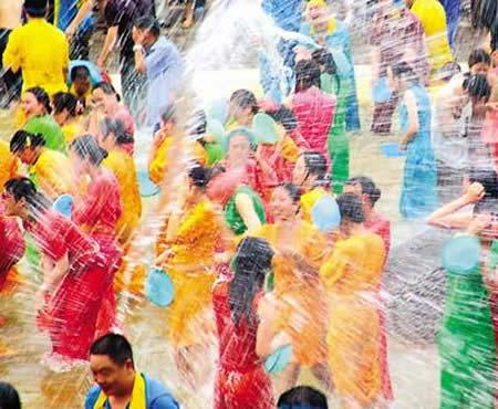 泼水节实为傣族的新年,是西双版纳最隆重的传统节日之一,一般在傣历