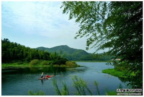 陆水湖风景区以山幽,林绿,水清,岛秀闻名遐迩,是避暑消闲,旅游度假