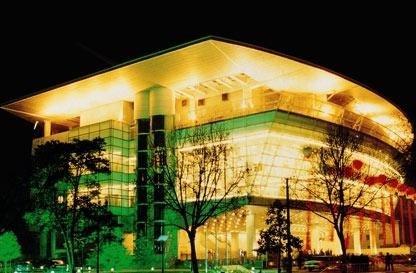 影城设有五个国际标准电影厅,大厅为演出与放映兼容.