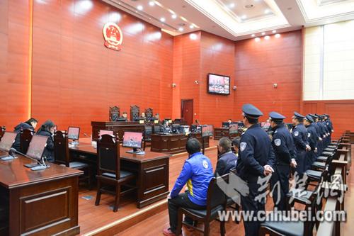 十堰中院公开审理一起47人涉黑二审刑事案件