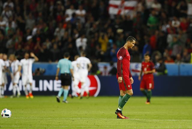 C罗哑火!葡萄牙被冰岛1-1逼平 腾讯体育6月15日讯 北京时间6月15日凌晨,2016欧洲杯F组首轮,葡萄牙在圣埃蒂安的热奥弗鲁瓦-基查尔球场1比1战平冰岛。第31分钟,纳尼打破僵局。第50分钟,比尔吉尔-比亚纳森扳平比分。 葡萄牙本场由头号球星C罗领衔出战,成为历史上第7位参加4届欧洲杯决赛圈的球员,同时,C罗127次为葡萄牙出场,追平菲戈排名队史出场纪录的并列第一位。此外,纳尼、穆蒂尼奥也首发登场,佩佩则统领防线。冰岛方面,吉尔菲-西古尔德森担任中场核心,老将古德约翰森替补待命。 开场仅3分钟,吉