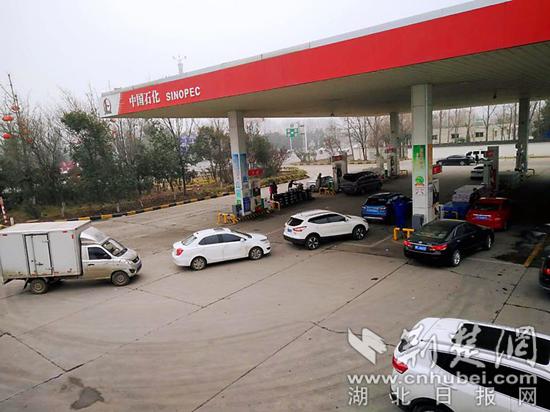 车辆络绎不绝进入邓北加油站