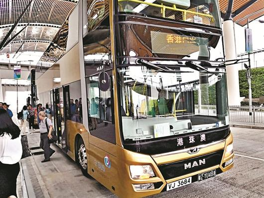 港珠澳大桥上奔驰40分钟 湖北老乡珠海乘首班穿梭巴士抵港